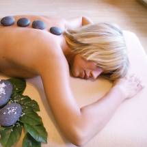 Hot-Stone-Anwendung und Wellness in der Therme Obernsees | © Therme Obernsees